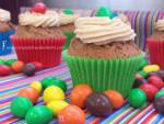 Cupcakes de chocolate con crema de cacahuete y M&M's